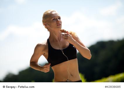 Junge Frau beim Jogging in passender Sportwäsche